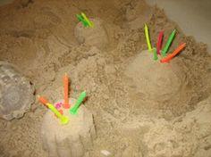 Taartjes maken in de zandtafel. Kaarsjes, koksmutsen, bordjes en vormpjes erbij en de kinderen kunnen aan de slag!