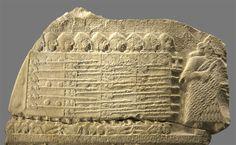 PERIODO SUMERIO: Fragmento de la Estela de los buitres, que representa la victoria del rey Eannatum de Lagash frente a Umma (ca. 2425 a.C). Obsérvese el uso de la perspectiva jerárquica y la sugerencia de profundidad a base de amontonar figuras.