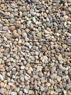 Podemos crear un domino con piedras recogidas del patio, parque , camino, etc y pintarlas de acuerdo al juego.