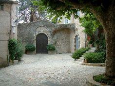 Bargemon: Place avec platane (arbre), plantes et maisons - France-Voyage.com