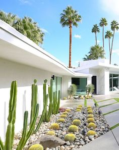 Where To Stay in Palm Springs for Modernism Week The question I get asked is: Where to stay in Palm Springs. Especially with Modernism Week coming up (will I see you there? While Palm Springs is full of fabulous boutique hotels, of which I… Modern Landscape Design, Landscape Plans, Landscape Architecture, Contemporary Landscape, Residential Architecture, Palm Springs Häuser, Palm Springs Style, Palm Springs Home Rentals, Colorado Springs