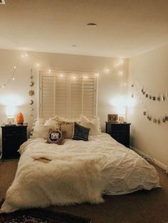 14 Trendy Bedroom Design and Decor Ideas for Your Next Makeover - The Trending House Bedroom Inspo, Room Decor Bedroom, Bedroom Ideas, Dorm Room, Urban Bedroom, Cozy Bedroom, Bedroom Romantic, Bedroom Designs, Light Bedroom