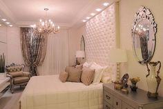 O Quarto Clássico Atemporal é o ambiente perfeito para quem gosta de tradicionalidade na decor e faz questão de refletir requinte em cada detalhe. Inspirado nas decorações de palacetes de reis e rainhas, o estilo clássico é a base neste ambiente. Com uma paleta de cores que segue tons de vão do branco puríssimo ao cinza - com predominância clara - este quarto é particularmente luxuoso e confortável, o must have para os momentos de descanso.