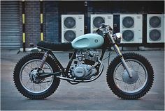 It is the first time we feature a bike from British custom builder Auto Fabrica, and boy what a beauty this is. Bujar Muharremi and his crew work essentially on Yamaha SR250s, this is already the 4th to roll out of their London Garage. Named Type 4,