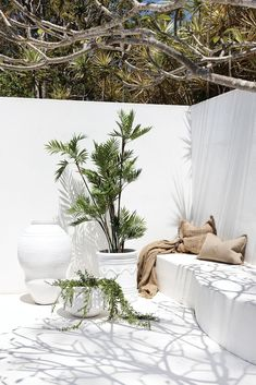 Uniqwa furniture collection's delightful range of large white outdoor pot's and . Outdoor Deck Lighting, Outdoor Pots, Outdoor Living, Outdoor Decor, Appartment Design, Exterior Design, Interior And Exterior, Home Remodeling, House Design