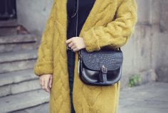 Los buzos y sacos son nuestras prendas favoritas a la hora de adoptar la tendencia oversized. Nos mantienen abrigadas y nos dan ese aire hogareño y cálido que necesitamos en la temporada fría.