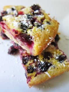 This weekend, bake a buttermilk blueberry breakfast cake: moist crumbs bursting with (fresh or frozen) blueberries and buttermilk for extra richness. Köstliche Desserts, Delicious Desserts, Dessert Recipes, Yummy Food, Blueberry Breakfast, Breakfast Cake, Blueberry Bars, Lemon Coconut Bars, Cake Tasting