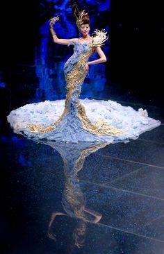 Un mannequin présente une création de Guo Pei lors de son salon de la mode
