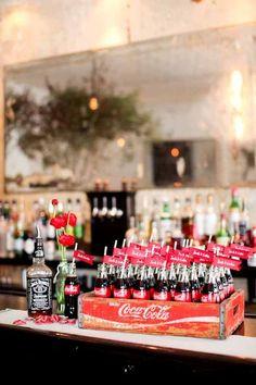 Con botellas y caja antigua de Cocacola