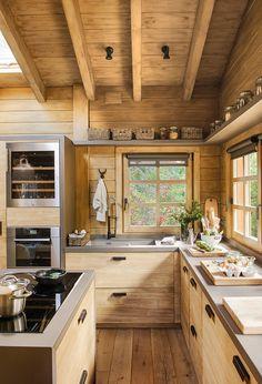 Une cabane de rêve dans la montagne espagnole PLANETE DECO a homes world Rustic Kitchen Design, Kitchen Decor, Rustic Cabin Kitchens, Kitchen Wood, Soapstone Kitchen, Ranch Kitchen, Kitchen Country, Kitchen Walls, Cheap Kitchen
