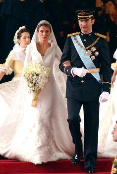 Pin for Later: Ça Porte Quoi une Princesse Pour Son Mariage? Letizia, Princesse d'Espagne, 2004 Letizia Ortiz a épousé le Prince Felipe dans une robe signée Manuel Pertegaz.