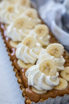 Banoffeepaj – Enkel paj med banan och kola! | Fredriks fika Candy Recipes, Raw Food Recipes, Dessert Recipes, Delicious Desserts, Yummy Food, Bagan, Dessert Drinks, Cookie Desserts, No Bake Cake