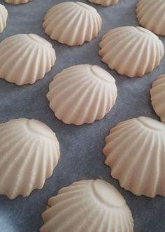 Fursecuri scoici • Gustoase.net Finger Food Desserts, Bite Size Desserts, Nutella Brownies, Brownie Recipes, Cookie Recipes, Dessert Recipes, Oyster Cookies, Turkey Cake, Cake Pop Maker