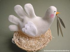 E dopo le calze passo ai guanti, che si trasformano in una bianca colomba, che porta l'ulivo,   in una gallina con le sue ovette e un gal...