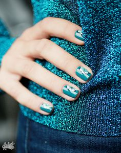 Easy flower nailart - love the perfectly matching blue!