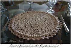 FALANDO DE CROCHET: 5º SOUSPLAT DE CROCHE GRANNY BARRA PUFF EM V Crochet Kitchen, Crochet Home, Double Crochet, Table Covers, Crochet Doilies, Beaded Embroidery, Crochet Patterns, Arts And Crafts, Beads
