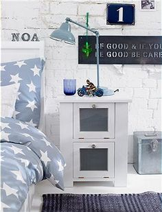Nachtschrank Ein Nachtschränkchen aus Erlenholz, mit klaren kantigen Konturen. Das Möbel kann hinter seinen beiden - mit Milchglasscheiben u...