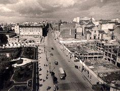 La plaza de España en 1948, con el edificio España apenas iniciada su construcción y el solar vacío donde en 1954 empezaría a levantarse la Torre de Madrid.