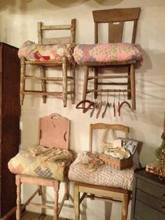 Shabby Chic, Old chairs on the wall as shelves for quilts. Antique Booth Displays, Antique Booth Ideas, Vintage Display, Vintage Ideas, Vintage Clothing Display, Vintage Store Displays, Antique Mall Booth, Shop Displays, Vintage Signs