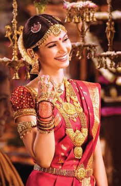 Traditional Southern Indian bride wearing bridal silk saree, jewellery and hairstyle. South Indian Bridal Jewellery, South Indian Weddings, Indian Bridal Wear, Indian Wedding Jewelry, Indian Jewelry, Bridal Jewelry, Wedding Silk Saree, Bridal Looks, Lehenga Choli