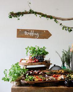 leuk buffet idee voor bij onze eikenhouten tafels… - verhuur exclusief feestmeubilair via eikenstamtafel.be - fotografie: Luisa Brimble