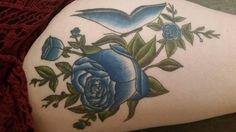 青いバラの間に青い蝶々。   前を向いていくため。自傷痕を覆い隠す34の美しいタトゥーたち