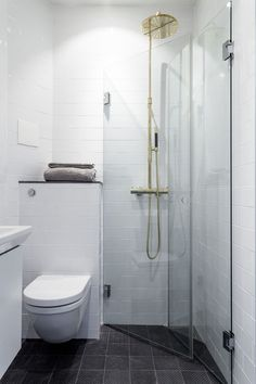 Tiny bathrooms 441141725998850268 - Small bathroom remodel ideas tiny spaces 36 Source by valiapetkova Small Shower Room, Small Showers, Shower Rooms, Tiny Wet Room, Tiny Bathrooms, Tiny House Bathroom, Narrow Bathroom, Bathroom Laundry, Bathroom Bin