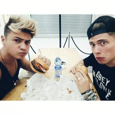 due ciccioni al fast food