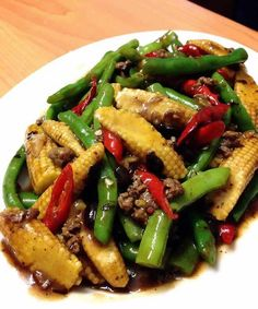 Indonesian Food Indonesian cuisine is one of the most vibrant and colourful cuisines in the world, full of intense flavour. Garden Vegetable Recipes, Asian Recipes, Healthy Recipes, Drink Recipes, Good Food, Yummy Food, Potato Side Dishes, Simply Recipes, Indonesian Food