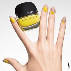 Linda manicura de uñas decoradas en beige la parte de arriba y en amarillo la de abajo.