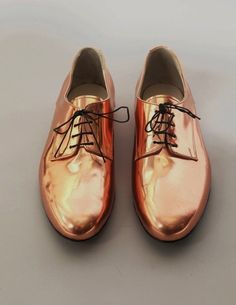 I would say these are more like copper shoes.have to dig those metallics. Copper Shoes, Gold Shoes, Men's Shoes, Shoe Boots, Dress Shoes, Bronze Shoes, Shiny Shoes, Shoes Style, Fashion Mode