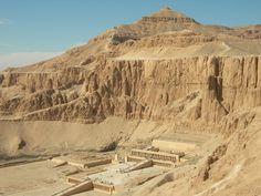 Deir el-Bahari - Uno de los lugares más importantes del oeste de Tebas es el emplazamiento del templo funerario, el templo de eternidad o de Millones de Años de la reina Hatshepsut, que se encuentra en la zona de Deir el-Bahari, un valle en forma de ángulo que se introduce hacia el interior de la montaña tebana, la cual lo separa por detrás del propio Valle de los Reyes y al norte de la colina de Dra Abu el-Naga, zona de necrópolis. Al sur se encuentra Sheik abd el-Qurna.