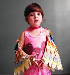 Site is in Spanish, but photos give clear tutorial on making wings for a child to wear.  They can be a bird, a dragon, be any thing they can imagine. #chid #kid #costume #sew #craft #wings #dragon #angel #bird