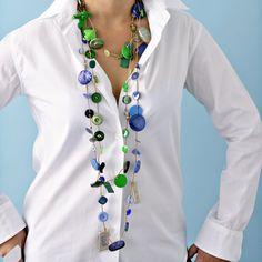 Un collier en boutons verts et bleus