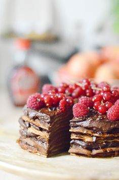Pour fêter la Saint Valentin et la chandeleur, je vous propose une recette vegan de gâteau de crêpes chocolat-avocat surmonté de fruits rouges frais by Emilie de C'est si Bon Nutrition ! www.sweetandsour.fr