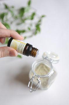 Shampoing sec : la solution miracle ? - Little Idea Creative Makeup, Diy Makeup, Shampooing Sec, Homemade Cosmetics, Make Beauty, Lemon Essential Oils, Body Lotions, Natural Cosmetics, Dry Shampoo