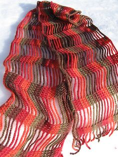 now look at the scarf : it is made with lots of chains, linked together with regularly spaced double crochet. every start of a new raw makes one piece of fringe.    (actually on the picture, you can count the stitches to have exactly the same effect than this one : looks like its 15 chains, and 5 double crochet in between.)