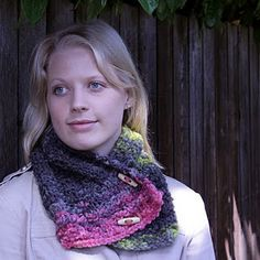 Free Cowl Knitting Pattern, Multicolored with wood buttons