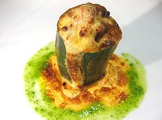 Calabacín relleno de setas, gratinado con salsa holandesa