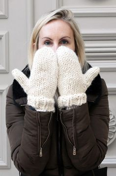 Easy mittens knitting pattern by Handy Little Me - Make yourself some new mittens with this free and easy pattern that is perfect for beginners. Beginners Knitting Kit, Easy Knitting Projects, Easy Knitting Patterns, Knitting Kits, Loom Knitting, Knitting Stitches, Free Knitting, Start Knitting, Beginner Knitting