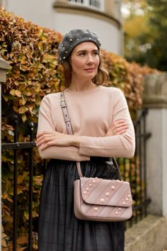 Outfit: Pearls & Blush | www.moodforstyle.de - Fashion, Food, Beauty & Lifestyle | Sweater: Zara // Rock Zara // Boots: Soft Clox // Bag: Karl Lagerfeld // Beret: Zara