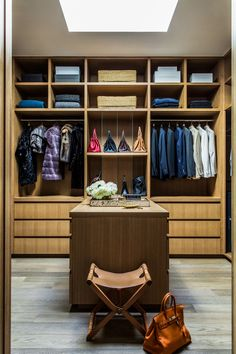 Simple Begehbarer Kleiderschrank mit Regalen aus Holz