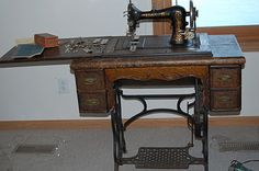 Antique Sewing Machines, Leather Working, Singer, Quilts, Antiques, Fabric, Pattern, Crafts, Antiquities