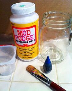 How to make faux sea glass mason jars / Easy way to tin glass jars Wine Bottle Crafts, Mason Jar Crafts, Mason Jar Diy, Sea Glass Crafts, Sea Glass Art, Mason Jar Mixes, Diy Projects On A Budget, Fun Projects, Painting Glass Jars