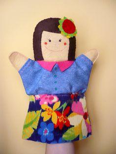 Marioneta de fieltro con camisa, faldita y flor de NicomoNiporque, €7.50 en @Etsy