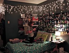 Комната, обои, идея для подростков, кровать, спальня, девушка, разноцветные подушки, гирлянда, фото коллаж, картинки на стенах, атмосфера