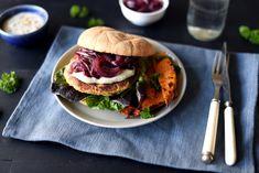 Kikertburger med karamellisert rødløk og blåmuggdressing