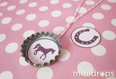Bastelt euch eure eigene Pferde Motiv Kette aus Kronkorken. Die Bastelvorlage erhaltet ihr kostenlos im Minidrops Kindergeburtstag Blog