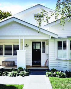 Modish south australian bungalow house style that will blow your mind House Paint Exterior, Exterior House Colors, Exterior Design, Beach Bungalow Exterior, Exterior Houses, Exterior Color Schemes, Style At Home, Weatherboard Exterior, Stucco Exterior