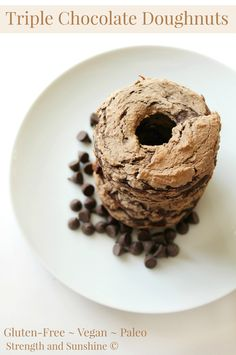 The healthiest chocolate doughnuts that will confuse your brain and taste buds into thinking you're eating the greatest indulgence. Gluten-free, vegan, and paleo, these healthy baked doughnuts have triple the chocolate for triple the pleasure! Gluten Free Doughnuts, Gluten Free Desserts, Dairy Free Recipes, Vegan Desserts, Easy Desserts, Delicious Desserts, Dessert Recipes, Healthier Desserts, Healthy Cookie Recipes